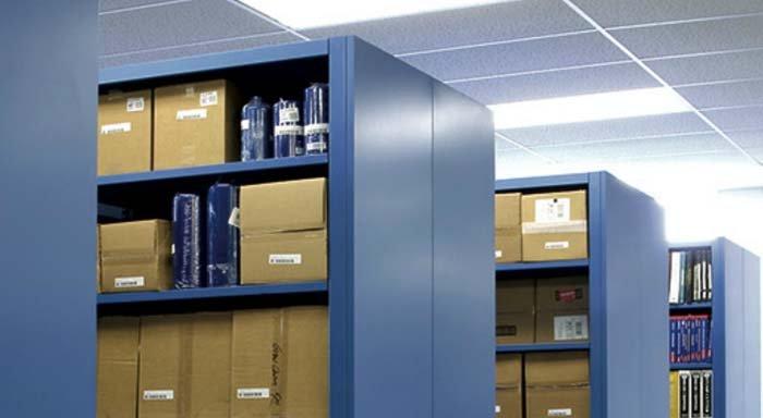 documenti archiviati in armadi in metallo