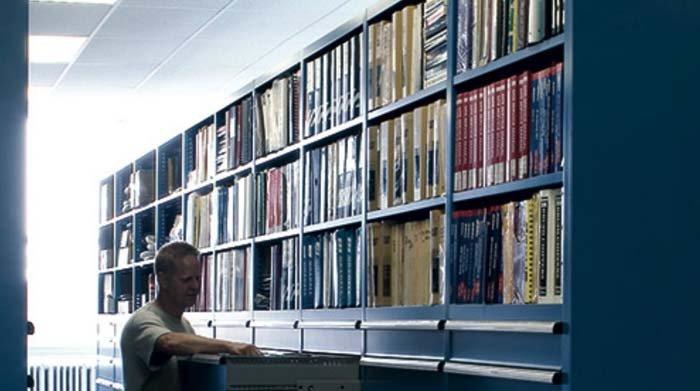 libri su scaffalatura in metallo