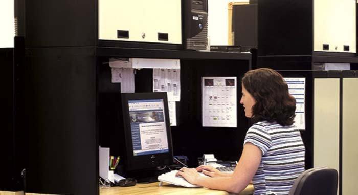 donna lavora in ufficio con postazione computer