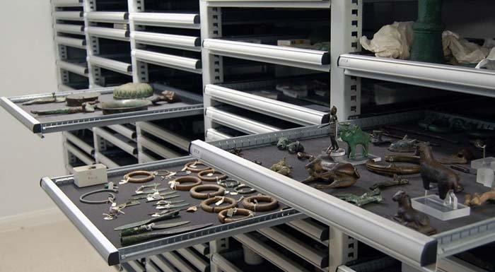 armadio a cassetti espositivi per reperti storici