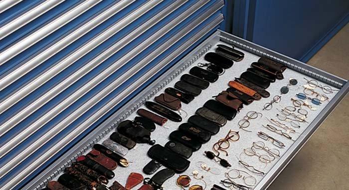 esposizione di occhiali e custodie