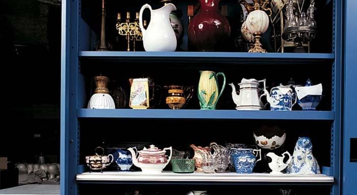 esposizione di porcellane e teiere storiche