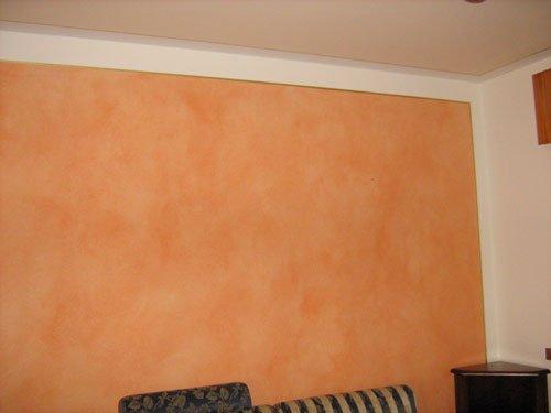 Camera faraone in tre colori. Tetto bianco rotto, parete bianca , parete arancione incerti