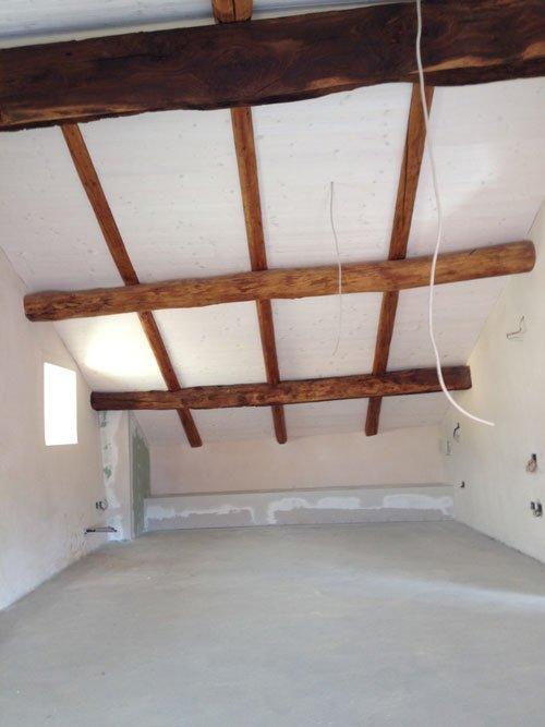 Stanza decorata con travi di legno nel tetto