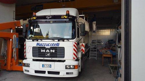 Camion per il trasporto a Mazzucotelli Autotrasporti in Como