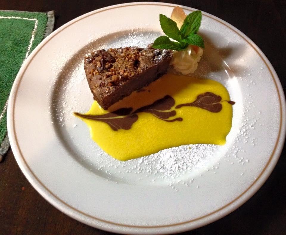 Torta Brownies al cioccolato e frutta secca con crema inglese e salsa al cioccolato