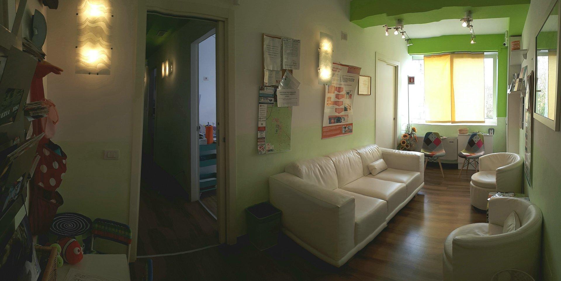Sala d'attesa con divano e poltrone