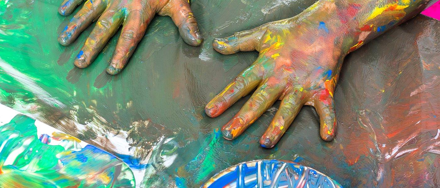 Piccole mani piene di pittura