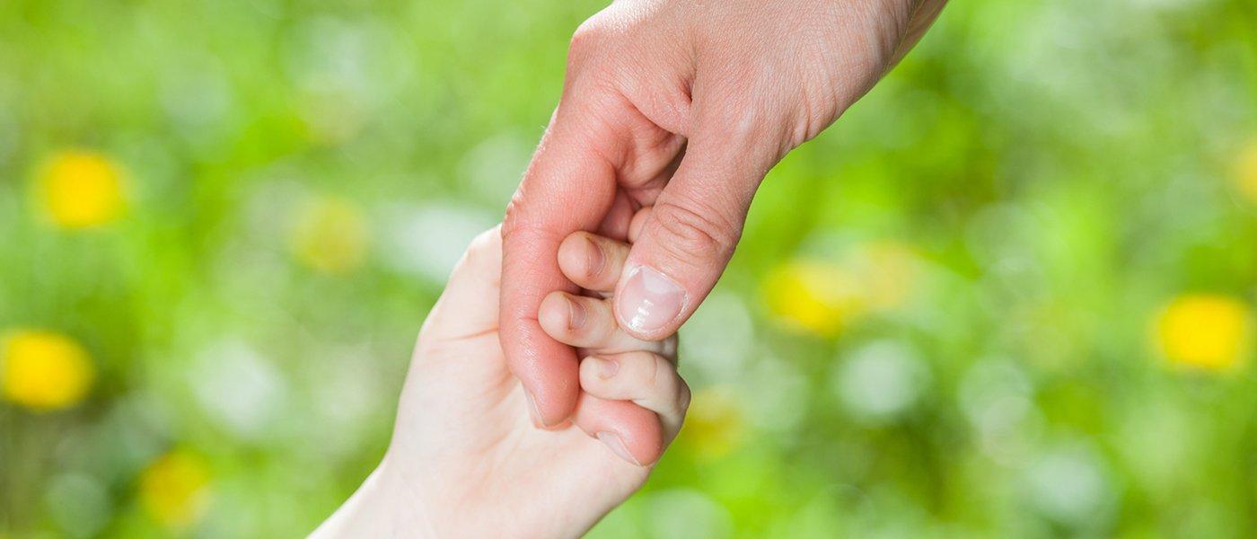 un adulto tiene per mano un bambino