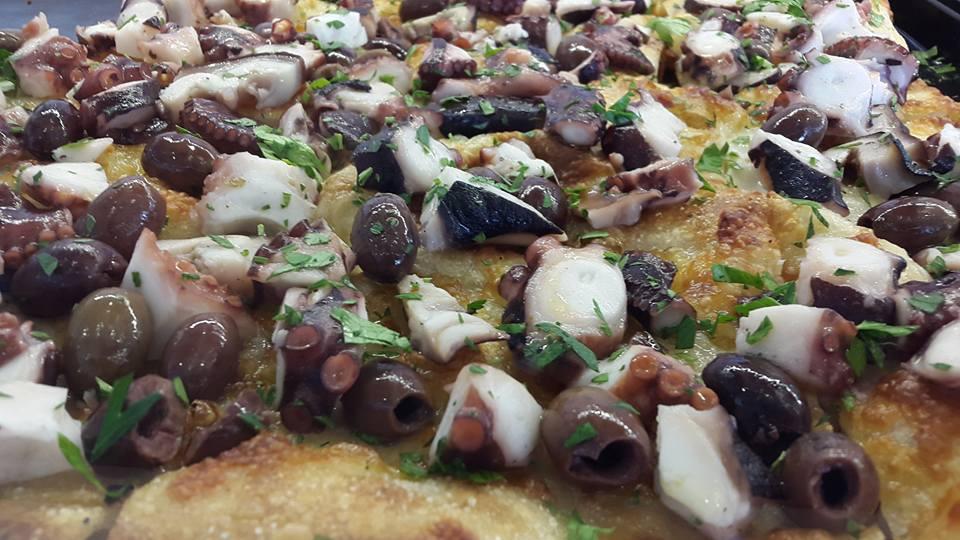 Pizza de polpi e olive con rucola