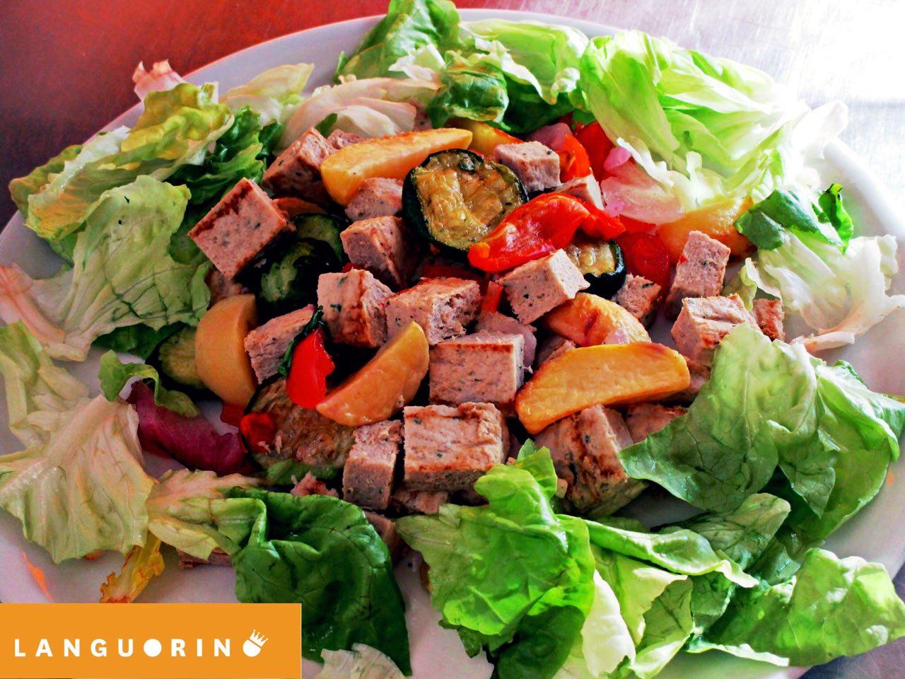 Insalata mista con melanzana,peperoni,prosciutto e salsiccia