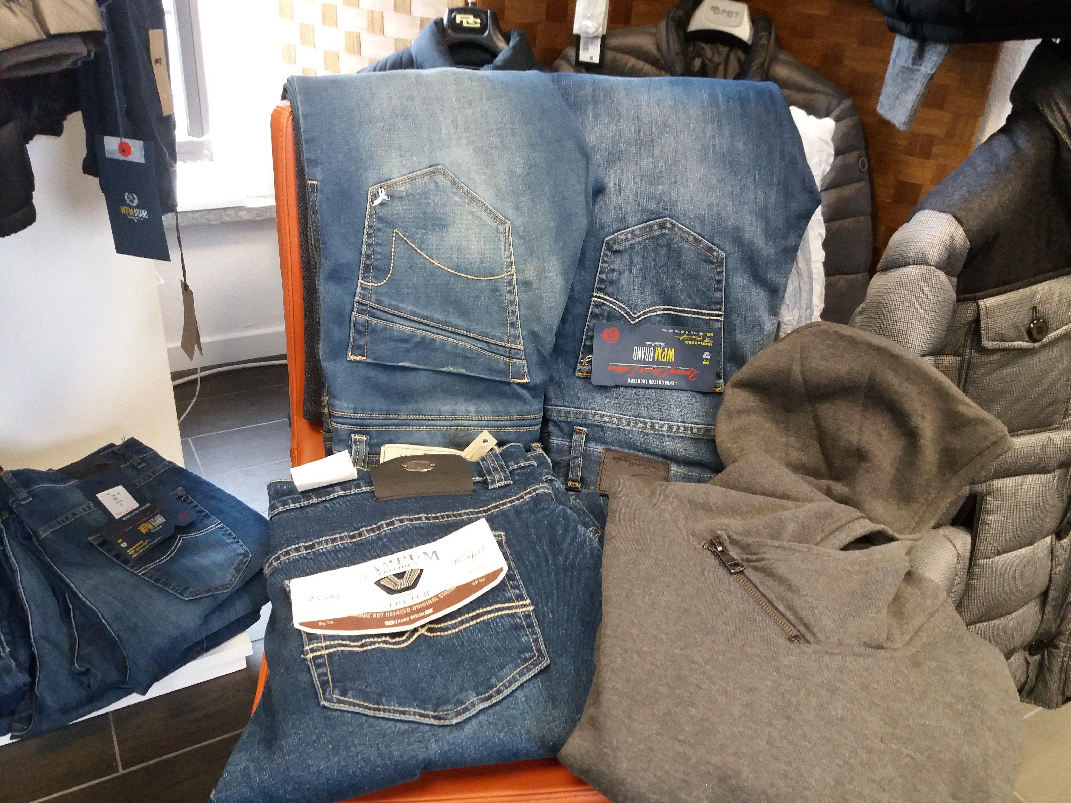 tre paia di jeans e una felpa grigia