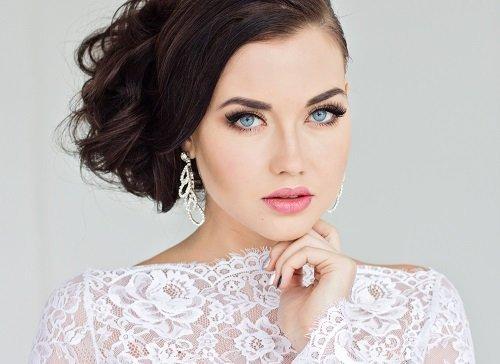 giovane donna con acconciatura e make-up da sposa