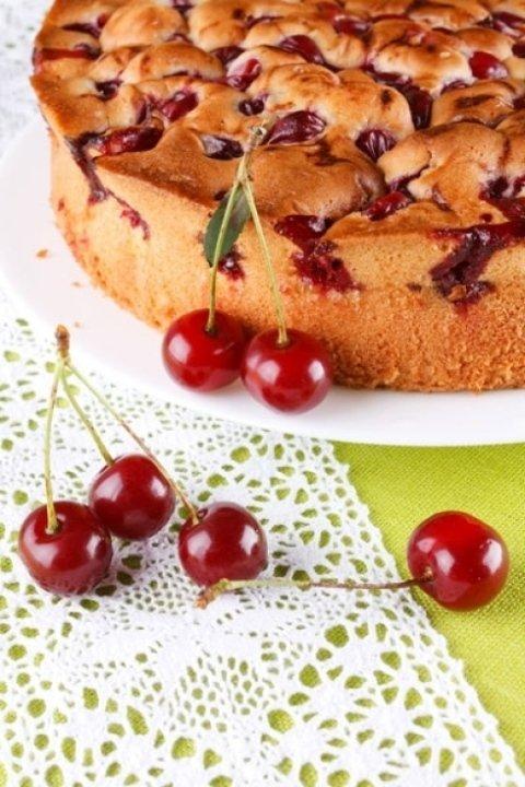Torta con marmellata e ciliegie
