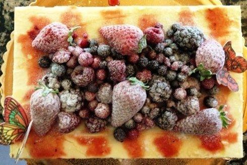 Torta gelato con fragole e mirtilli.