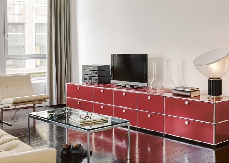 mobile rosso con sopra oggetti lampada e televione in salotto