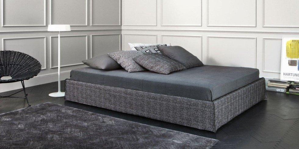 letto e materasso con cuscini, armadio e arredamento di una casa