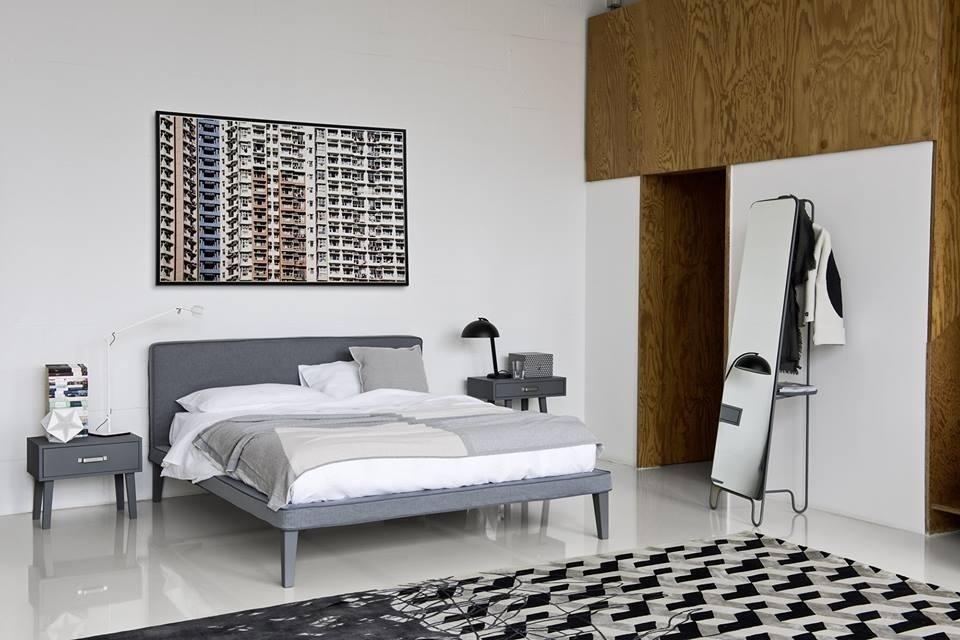 vista di una camera da letto con parete bianco, parete attrezata in legno e arredamenti