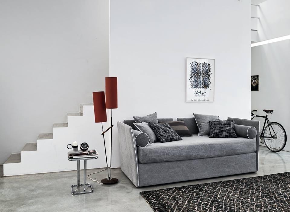 scala interna di una casa con divano, cuscini e arredamento