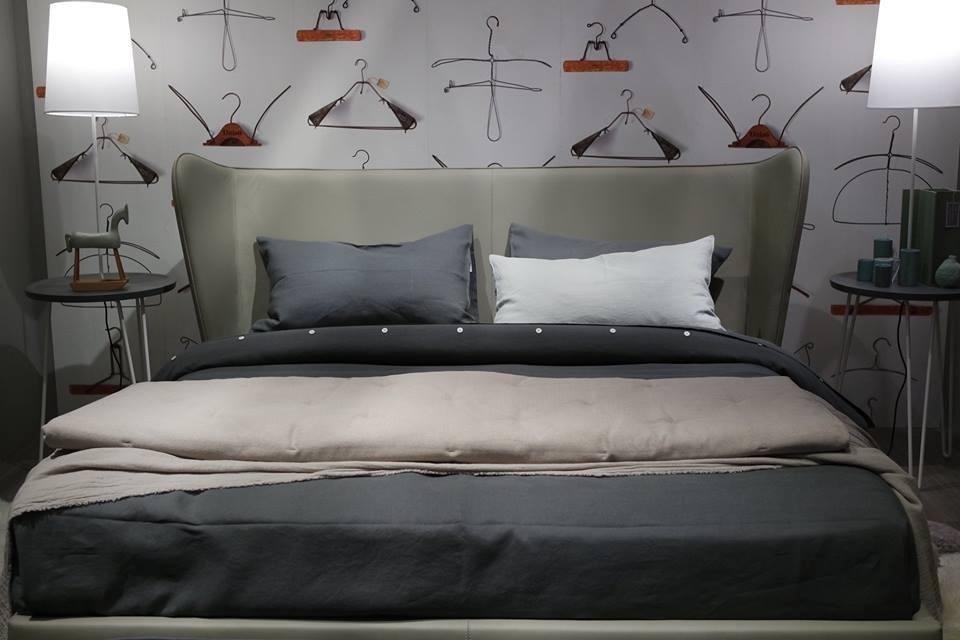 vista frontale di una camera da letto con appendini sulla parete