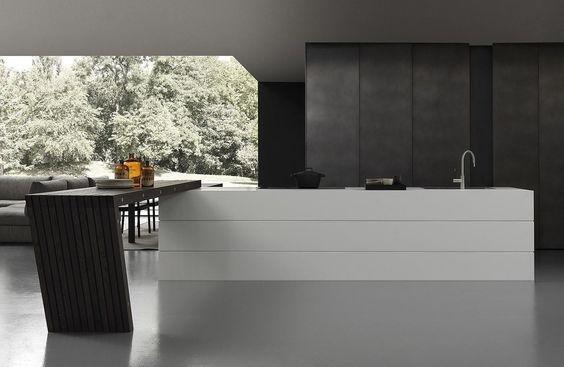 bancone di cucina moderna bianca e armadio
