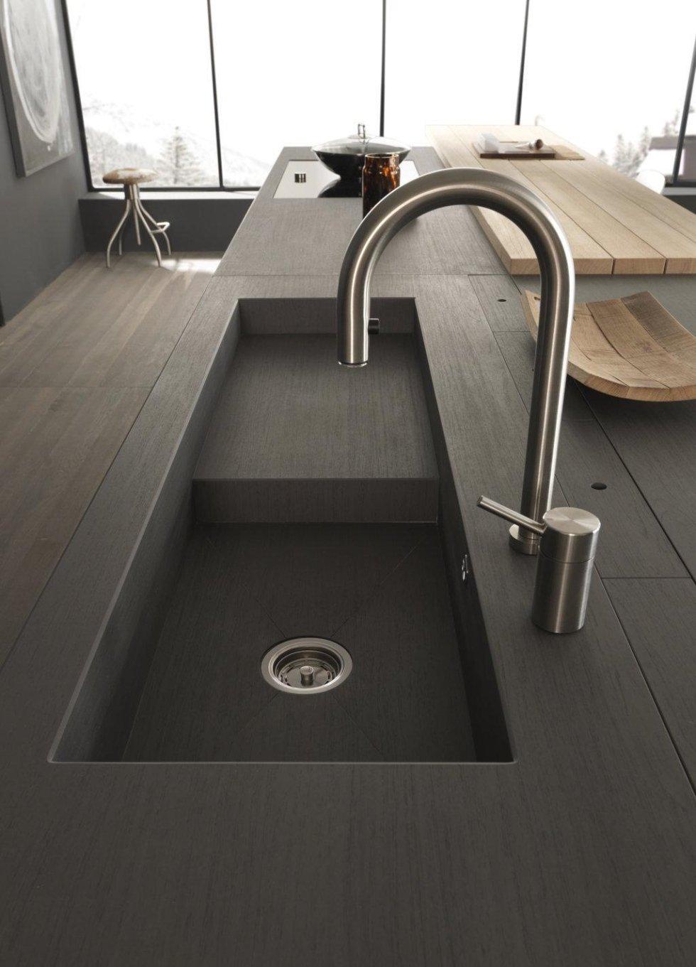 cucina moderna in legno con rubinetto lavello in acciaio