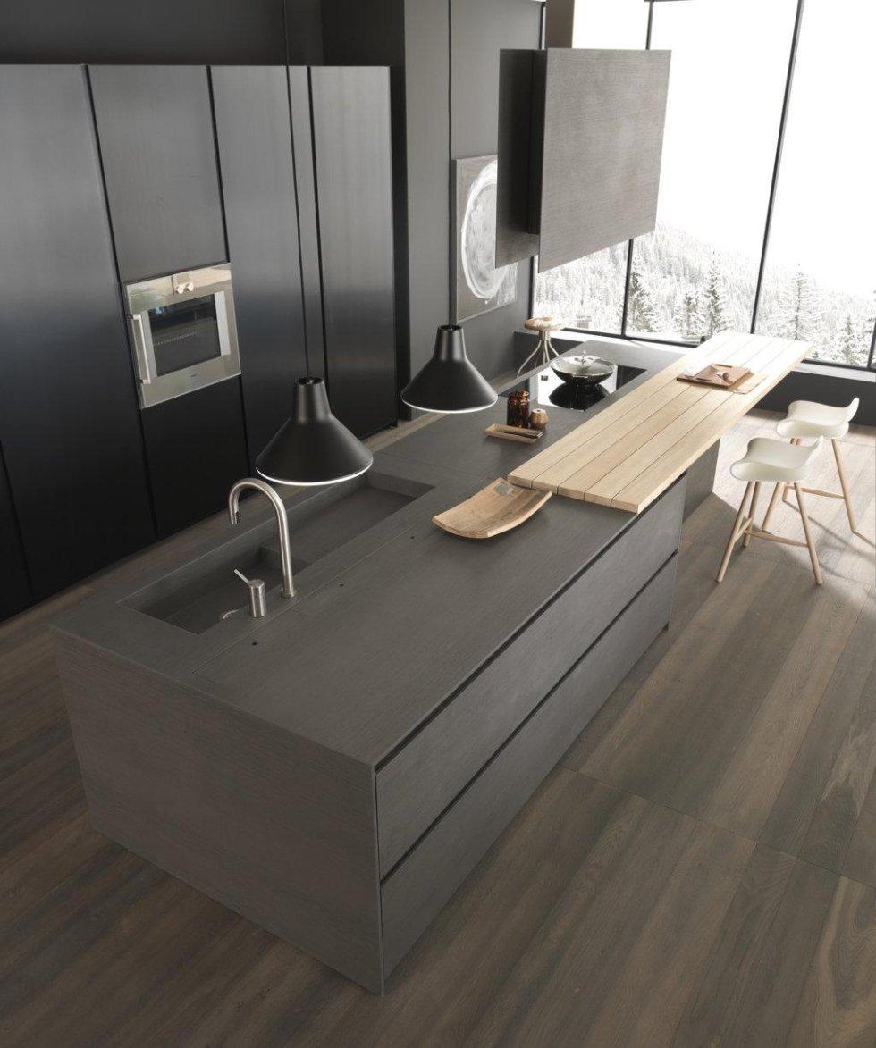 cucina moderna ad angolo in legno con sedie bianche