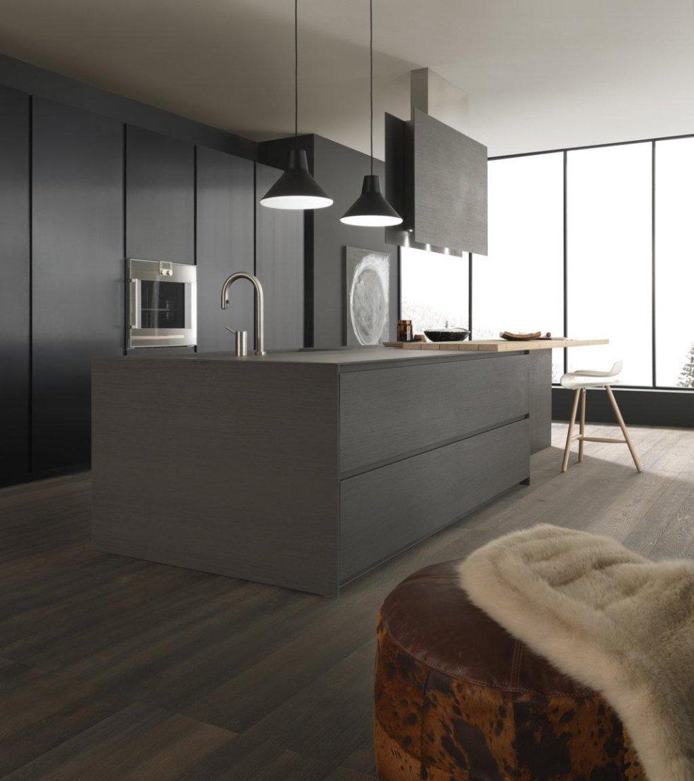 cucina moderna in legno con armadio e infissi