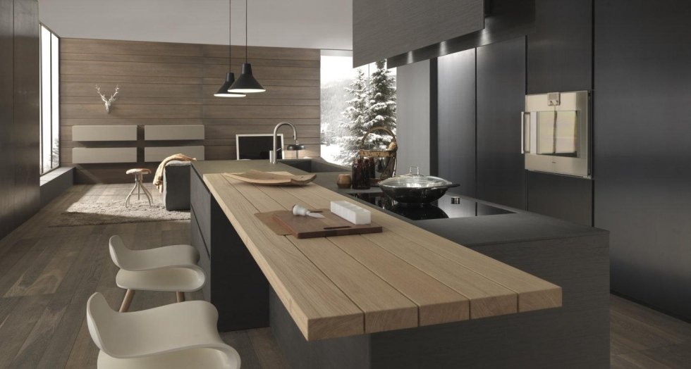 cucina moderna in legno con sedie bianche
