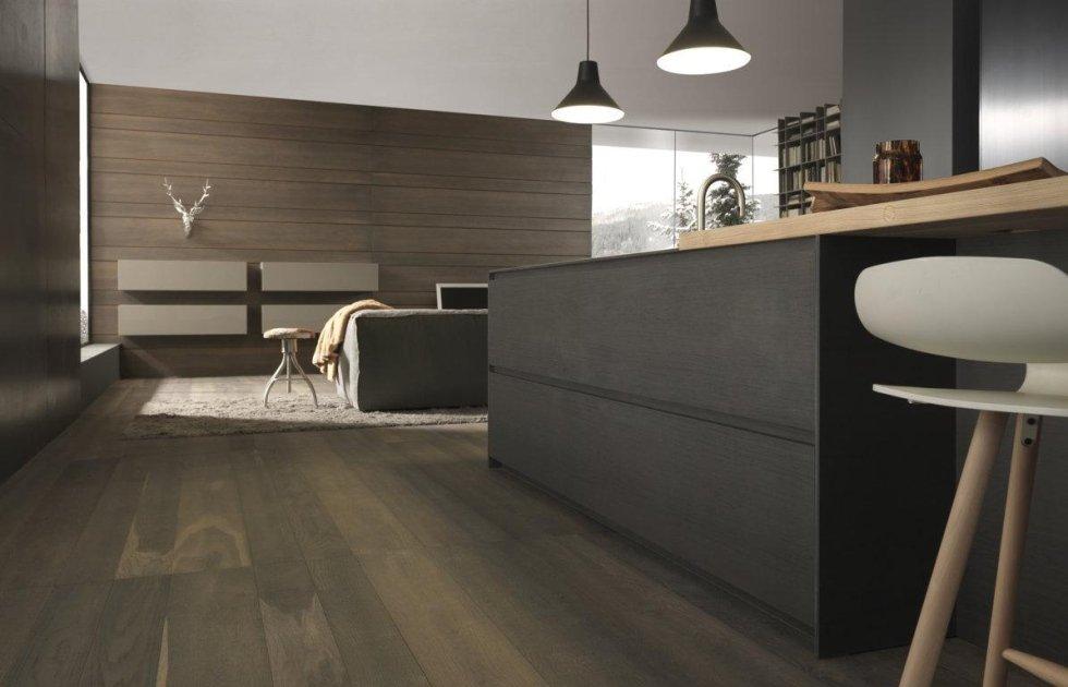 vista angolare di bancone di una cucina moderna in legno