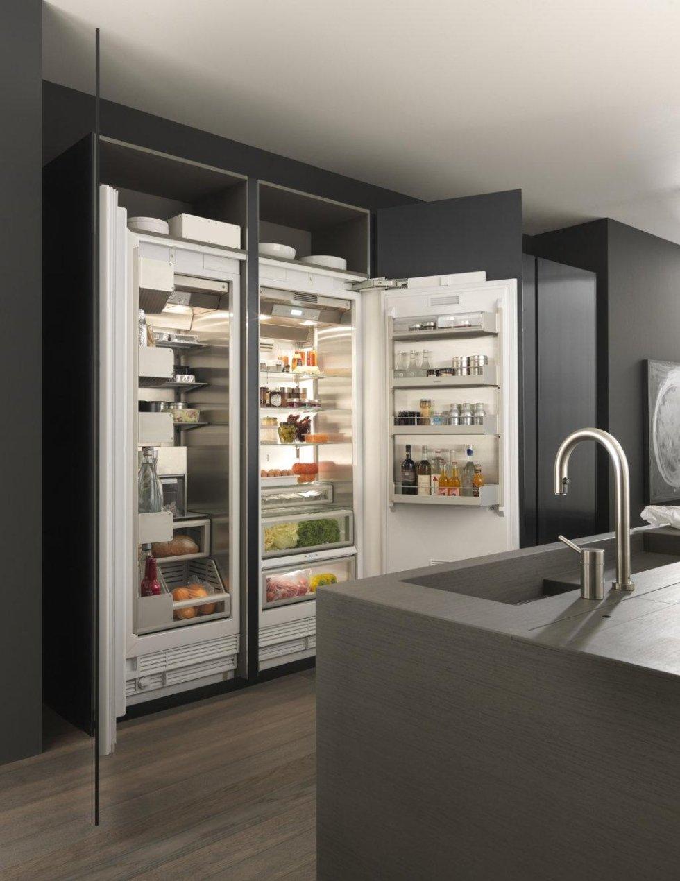 cucina penisola con frigorifero