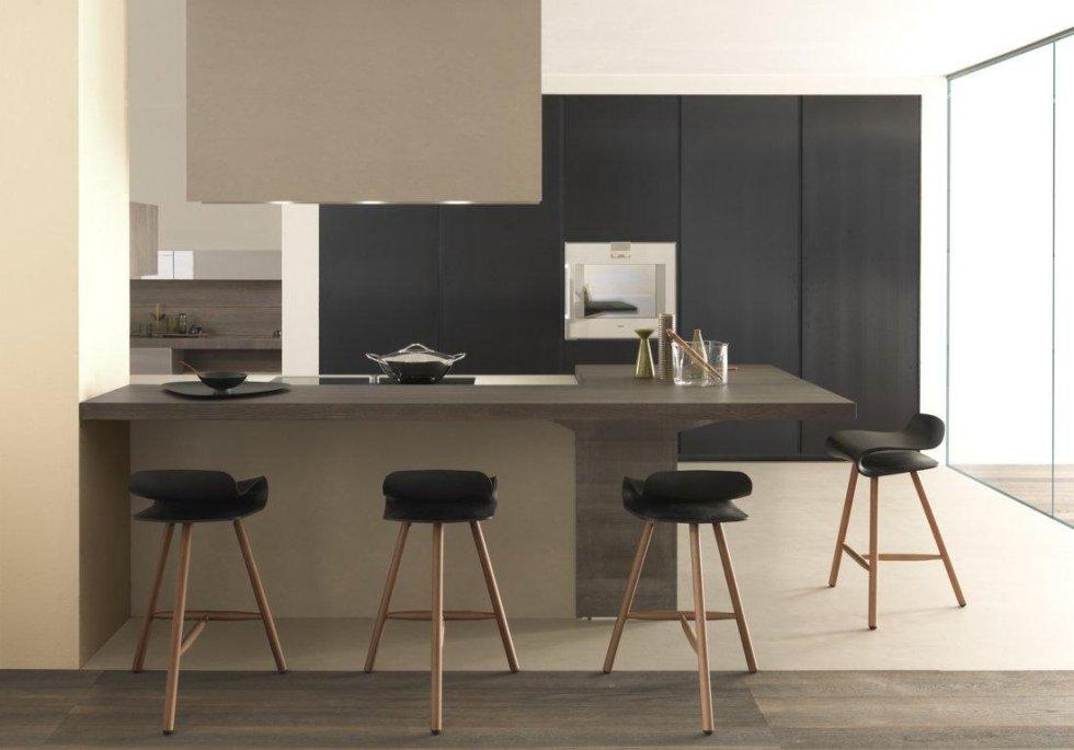 oggetti su bancone di cucina con sedie