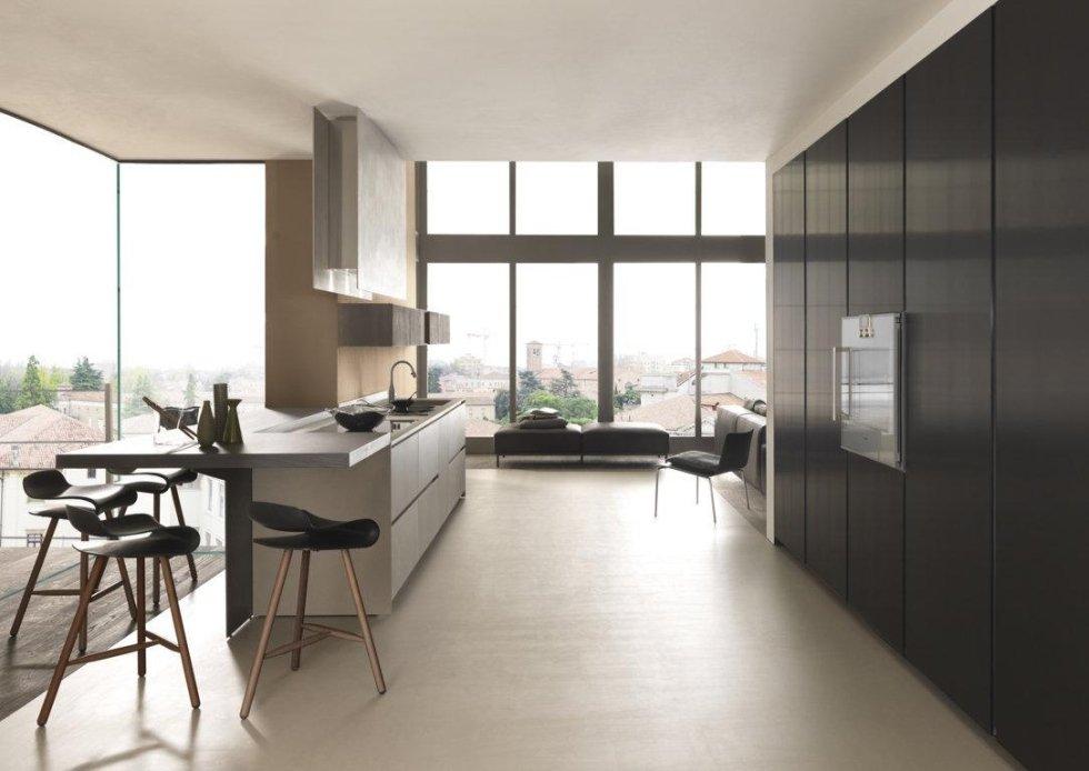 vista laterale di una bancone di cucina moderna con infissi e sedie