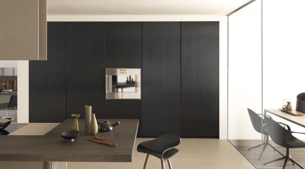 cucina moderna con armadio a parete