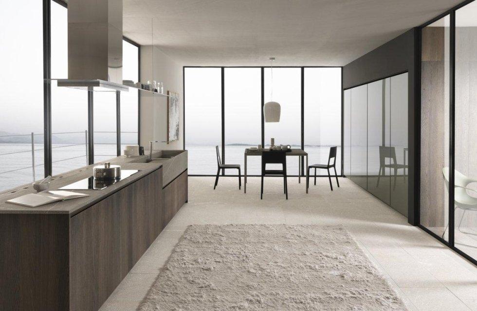 sala da pranzo con cucina grande e infissi esterni