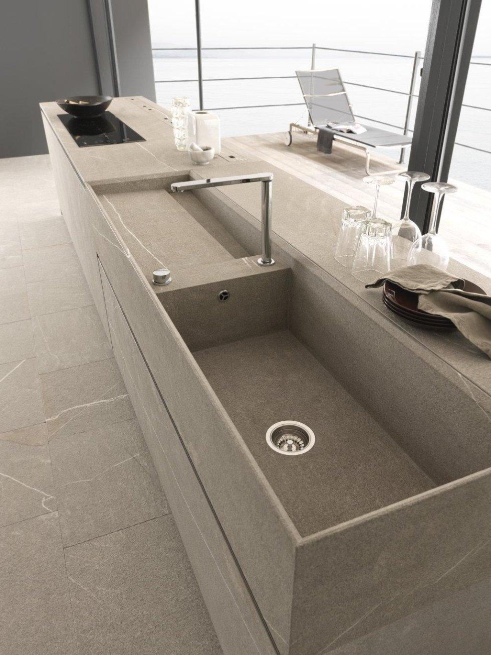 lavello della cucina moderna con vista mare