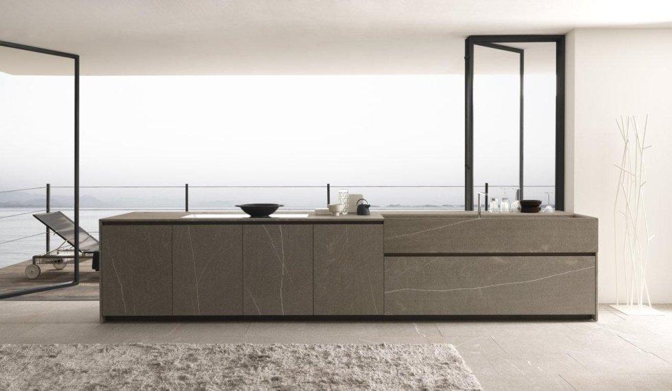 bancone di cucina moderna in pietra con porte in alluminio e parete bianca