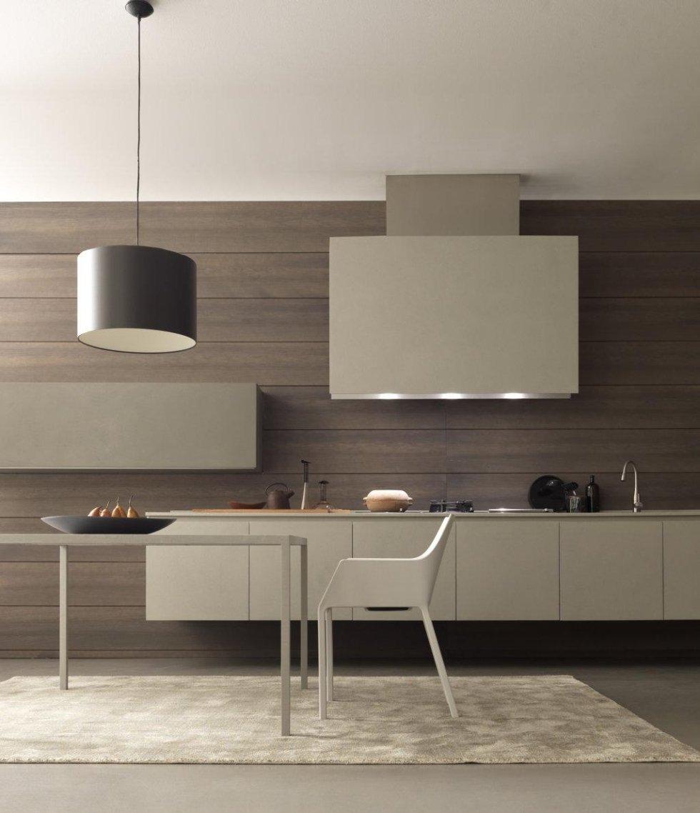 cucina moderna con parete in legno, lampadina, oggiti su bancone e arredo