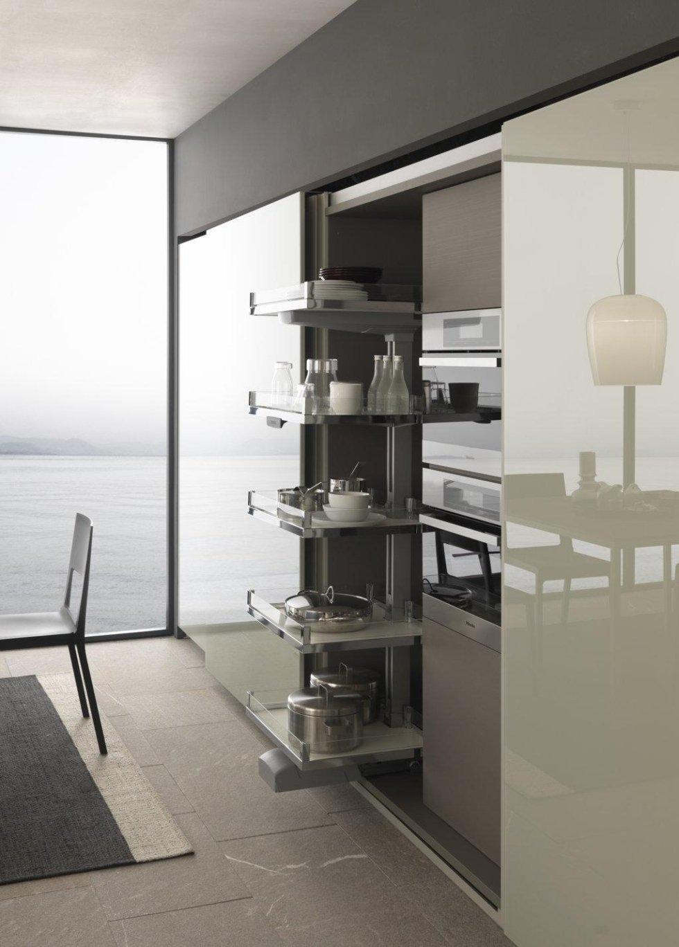 vetrina di cucina con oggetti