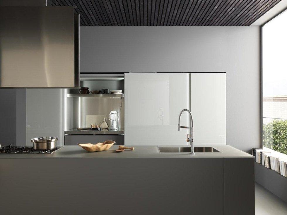 cucina moderna ben arredato con oggetti su bancone