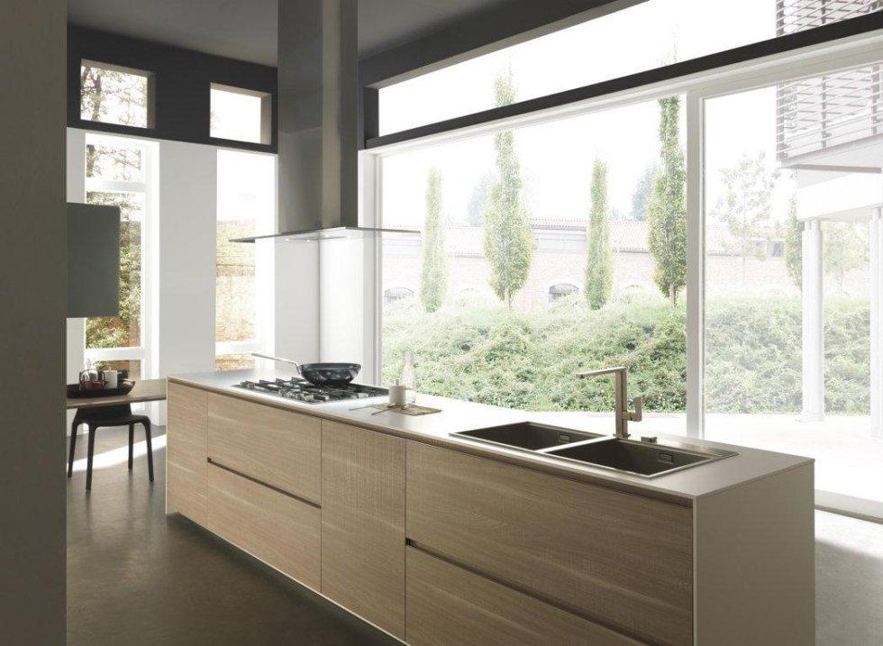 vista angolare di una cucina moderna con infissi esterni