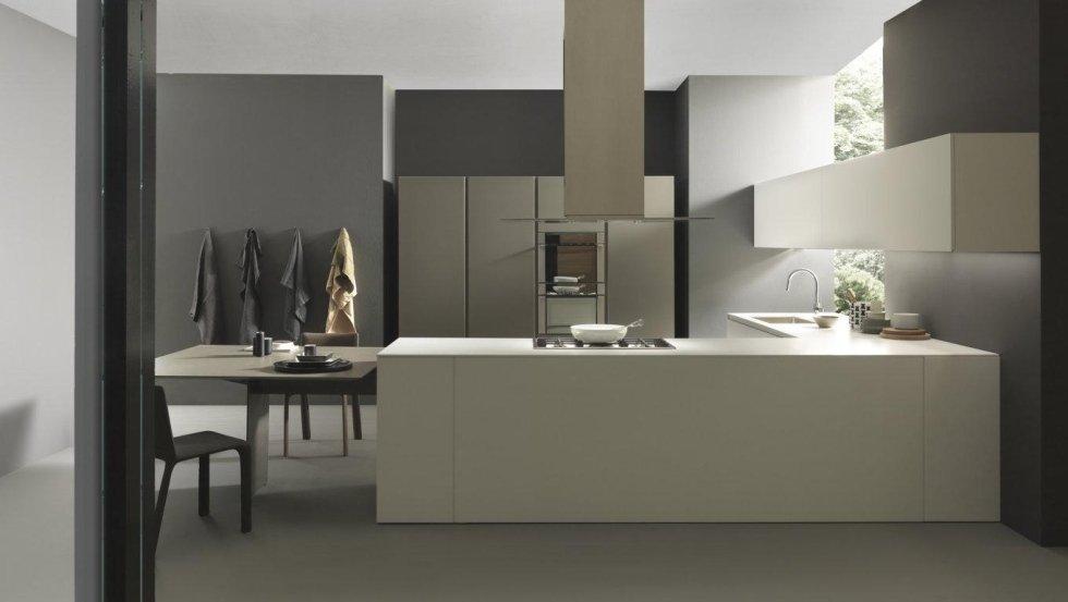 vista frontale di una cucina moderna gialla con ben arredato