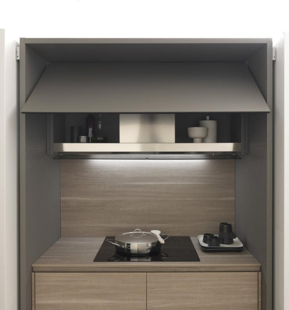 cucina moderna in legno con vetrina