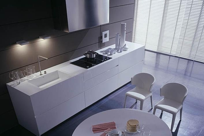 sala da pranzo con cucina bianca