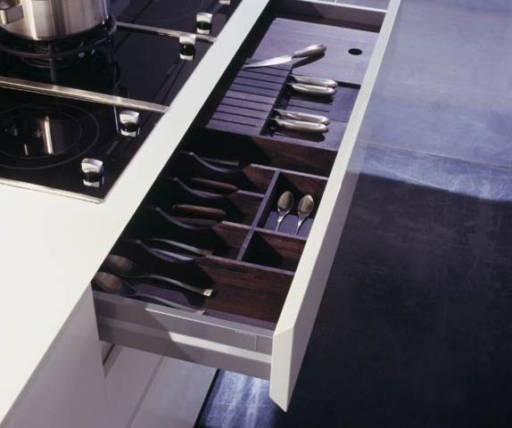 cassetti aperto con utensili di cucina