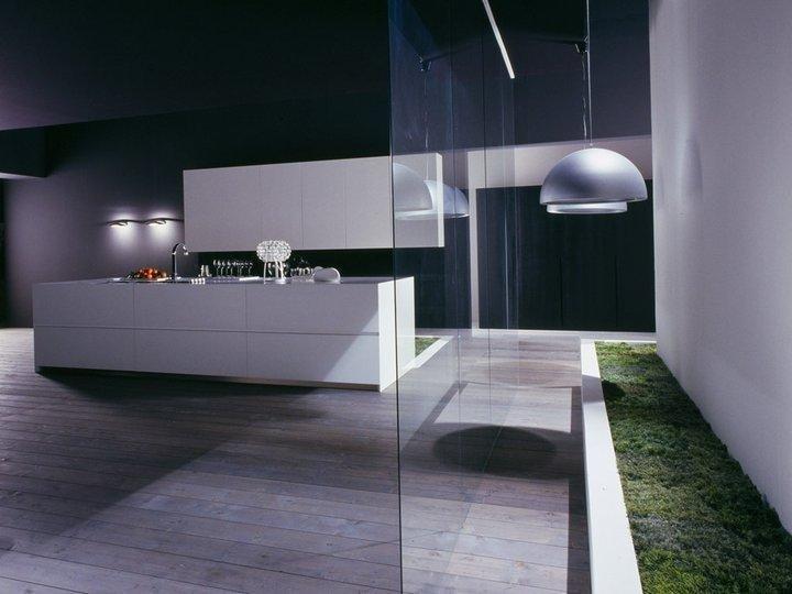bancone di una cucina moderna bianca con arredamento