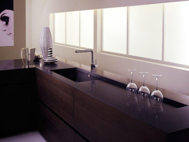 cucina ad angolo con bicchieri sul bancone