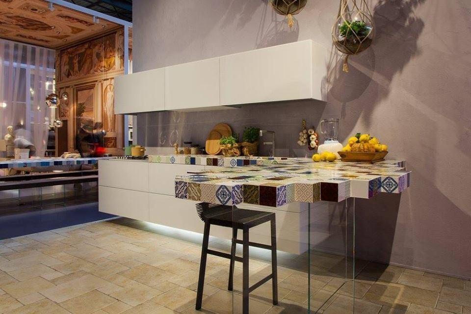 frutti e altri prodotti su bancone di cucina