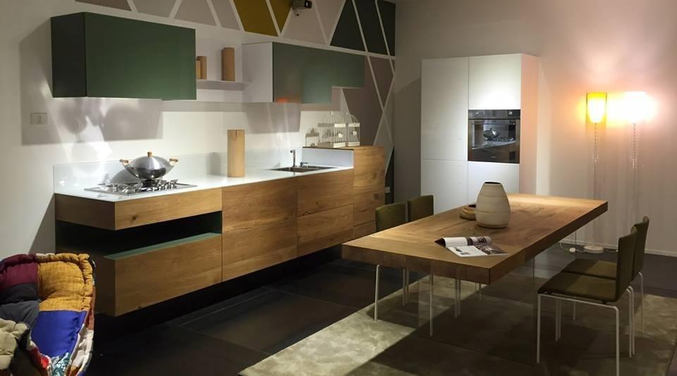 sala da pranzo con cucina classica in legno