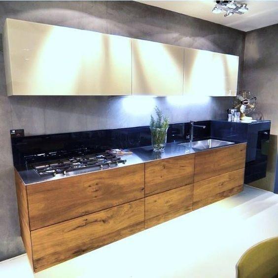 cucina classica in legno con credenza